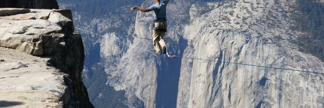 Man_highlining_in_Yosemite_National_Park_with_El_Capitan_in_the_background